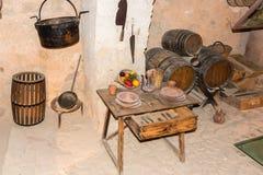 Tabla de los cubiertos en el sótano viejo I Fotografía de archivo libre de regalías