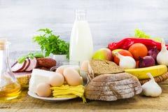 Tabla de los productos alimenticios de la composición foto de archivo