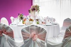 Tabla de lujo fijada para casarse con las flores Fotos de archivo libres de regalías