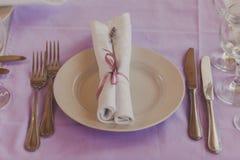 Tabla de lujo fijada para una cena de boda Fotografía de archivo