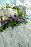 Tabla de lujo hermosa, decoración rica con las hojas enormes, hortensia blanca, rosas poner crema delicadas, eustoma púrpura, azu fotos de archivo