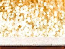 Tabla de mármol con el fondo chispeante de oro del bokeh, sitio vacío f Imágenes de archivo libres de regalías