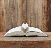 Tabla de madera abierta de la pared de la página de la forma del corazón del libro Fotos de archivo libres de regalías