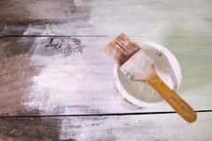 Tabla de madera blanca de la pintura del cepillo fotos de archivo