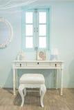 Tabla de madera blanca de la vanidad con la ventana en fondo Fotografía de archivo
