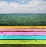 Tabla de madera colorida en blanco. Fotografía de archivo