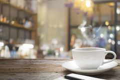 Tabla de madera con el fondo de la falta de definición de la cafetería Fotografía de archivo libre de regalías