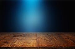 Tabla de madera con el haz luminoso azul Foto de archivo