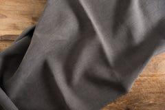 Tabla de madera con el mantel oscuro Fotografía de archivo