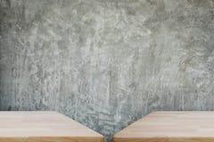 Tabla de madera con el muro de cemento Imagen de archivo libre de regalías