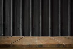 Tabla de madera con la hoja de metal negra vieja Foto de archivo libre de regalías