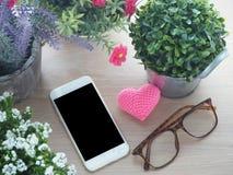 Tabla de madera con la pantalla en blanco para el texto en el smartphone, tableta, cel Fotografía de archivo libre de regalías