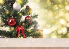 Tabla de madera con las decoraciones del árbol de navidad y copo de nieve en el oro Fotos de archivo libres de regalías
