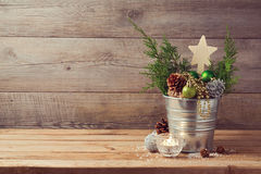 Tabla de madera con las decoraciones del día de fiesta de la Navidad y el espacio de la copia Fotografía de archivo libre de regalías