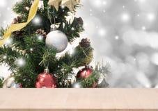 Tabla de madera con las decoraciones y el copo de nieve del árbol de navidad Fotos de archivo libres de regalías