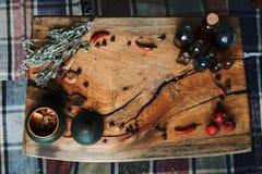 Tabla de madera con las hierbas y las botellas secadas, una visión superior, en el estudio, en estudio Foto de archivo