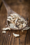 Tabla de madera con las setas blancas secadas, foco selectivo Foto de archivo libre de regalías