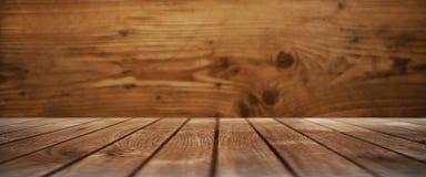 Tabla de madera con una pared de madera Foto de archivo libre de regalías