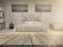 tabla de madera 3D que mira hacia fuera a un interior defocussed del dormitorio Imagen de archivo