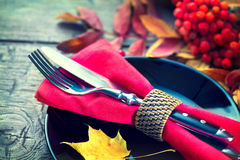 Tabla de madera de la cena de la acción de gracias servida Fotos de archivo libres de regalías