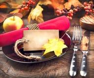Tabla de madera de la cena de la acción de gracias servida Imagen de archivo libre de regalías
