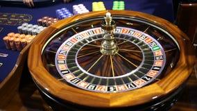 Tabla de madera de la ruleta en bola del casino almacen de video