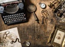 Tabla de madera de los accesorios viejos de la oficina de la máquina de escribir del vintage Imágenes de archivo libres de regalías