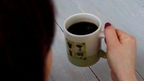 Tabla de madera del café de la bebida de la mujer almacen de metraje de vídeo