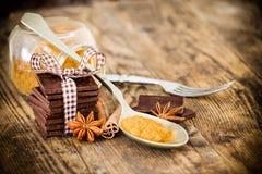 Tabla de madera del chocolate rodeada por las especias Fotografía de archivo