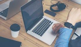 Tabla de madera del cuaderno de Working Modern Desktop del hombre de negocios Director de marketing Researching Process Negocio T Fotografía de archivo