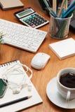 Tabla de madera del escritorio de oficina de lugar de trabajo y de objeto comercial del negocio Fotos de archivo