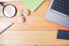 Tabla de madera del escritorio de oficina del top Foto de archivo