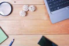 Tabla de madera del escritorio de oficina del top Fotografía de archivo libre de regalías