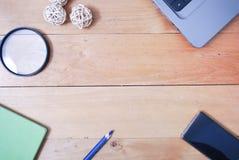 Tabla de madera del escritorio de oficina del top Imagen de archivo