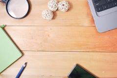 Tabla de madera del escritorio de oficina del top Fotos de archivo libres de regalías