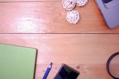 Tabla de madera del escritorio de oficina del top Imagen de archivo libre de regalías
