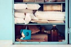 Tabla de madera del kiton de los primeros auxilios de la antigüedad del vintage Imagen filtrada Fotos de archivo