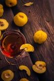 Tabla de madera del membrillo de la fruta de la taza del tinte Fotos de archivo