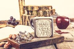 Tabla de madera del vintage con la taza de té y el libro viejo Imagenes de archivo