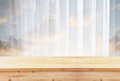 Tabla de madera delante de la luz borrosa de la ventana fotografía de archivo libre de regalías