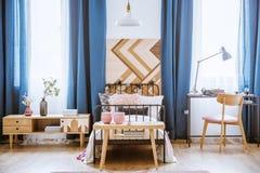 Tabla de madera en dormitorio del ` s del niño Imagen de archivo