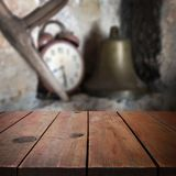 Tabla de madera en el jardín para el montaje de la exhibición del producto Fotos de archivo libres de regalías