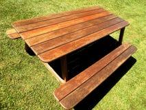 Tabla de madera en jardín Imagen de archivo libre de regalías