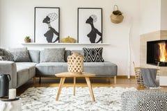 Tabla de madera en la alfombra en interior africano de la sala de estar con el patt fotografía de archivo libre de regalías