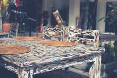 Tabla de madera hermosa coloreada en estilo del leopardo en café de la calle Isla de Bali, Indonesia imagen de archivo