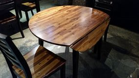 Tabla de madera redonda con los detalles de madera Foto de archivo
