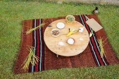 Tabla de madera tradicional de Ethno con el pote adornado con las frutas y verduras Fotografía de archivo