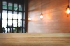 Tabla de madera vacía con el fondo borroso montaje del café del café fotografía de archivo