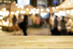 tabla de madera vacía con el fondo del mercado callejero de la noche fotografía de archivo