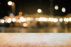 tabla de madera vacía con el fondo del mercado callejero de la noche foto de archivo libre de regalías